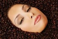 Arunci zaţul de la cafea? Iată cum îl poţi folosi pentru frumusețea ta