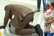 A cazut din picioare in aeroport. Apoi s-a ridicat si toti au inteles unde merge. Oamenii plangeau in jur