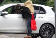 Surprinși sărutându-se în parcare! Alexandra l-a dus cu mașina la serviciu pe iubitul ei și paparazzi i-au prins