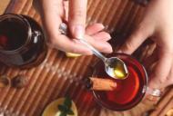 Pui miere in ceaiul fierbinte? Iata cat de toxic este